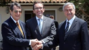 Zleva kyperský prezident Nikos Anastasiadis, zmocněnce OSN Espen Barth Eide a vůdce kyperských Turků Mustafa Akıncı