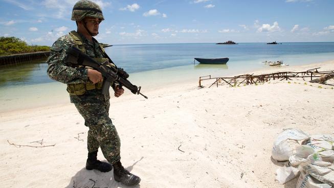 Filipínský voják střeží hranici filipínského sektoru ostrovů