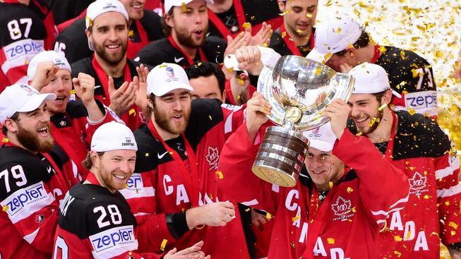 Šťastní hokejisté Kanady s pohárem pro světové šampiony