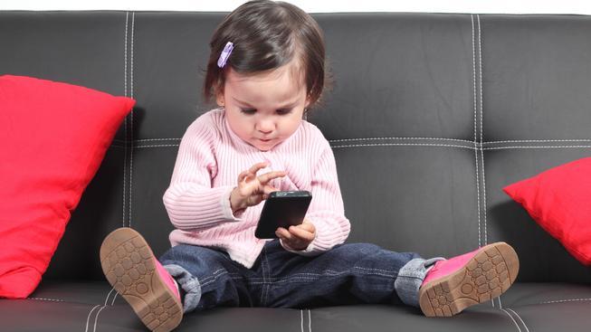 Dnes se děti téměř rodí s telefonem v ruce (ilustrační snímek)