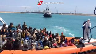 Jen v úterý zachránila pobřežní stráž u břehů Lampedusy 220 běženců
