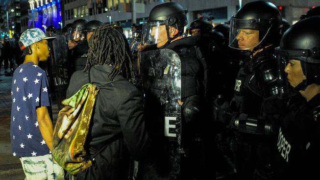 Na desítky demonstrantů dohlíželi v ulicích Clevelandu těžkooděnci