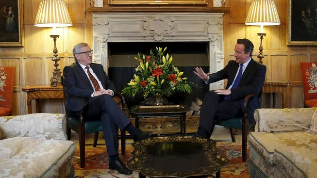 Britský premiér David Cameron (vpravo) a šéf Evropské komise Jeane-Claude Juncker
