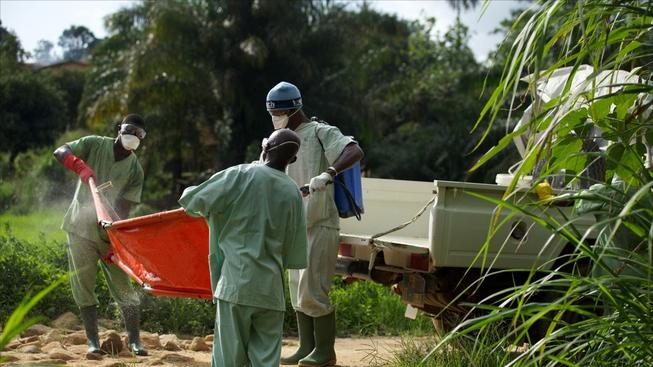 Pohřby lidí, kteří zemřeli na ebolu, vyžadují přísná hygienická opatření. Někteří lidé však chtějí své příbuzné pohřbít po svém, což podporuje šíření epidemie