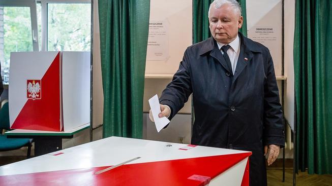 S vítězstvím Dudy se k moci nejspíš vrátí rodina Kaczynských