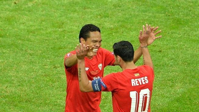 Bacca přijímá od Reyese gratulaci po vyrovnávací brance Sevilly
