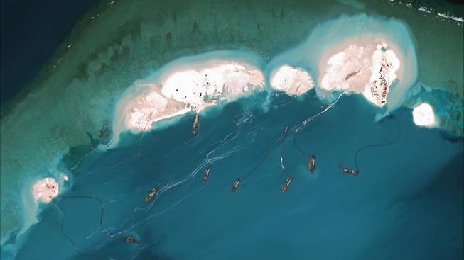 Satelitní snímek Spratlyových ostrovů v Jihočínském moři. Čína ostrovy rozšiřuje pro potřeby svého námořnictva