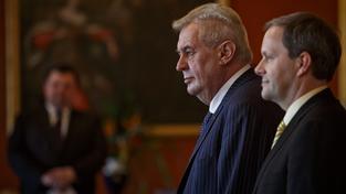 Zeman s Chládkem při jmenování nových rektorů letos v únoru