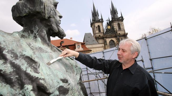 Husova socha a restaurátor Pavel Filip