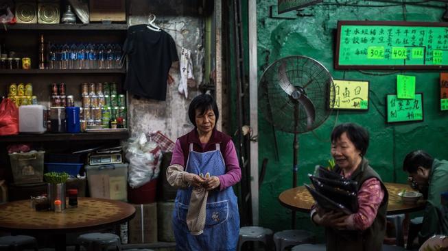 Pouliční restaurace patří ke koloritu Hongkongu, už brzy ale nejspíš z ulic města definitivně zmizí