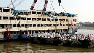 Vojáci už z lodi vytáhli ostatky 400 lidí