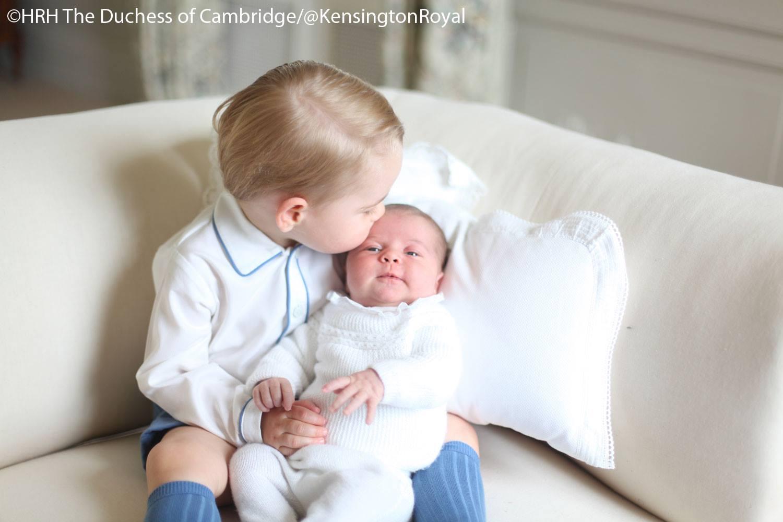 První oficiální fotky princezny Charlotte. Drží ji v náručí její bratr