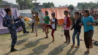 Nepálské ženy a děti dostávají od policie kurzy sebeobrany, v táborech je potřeba