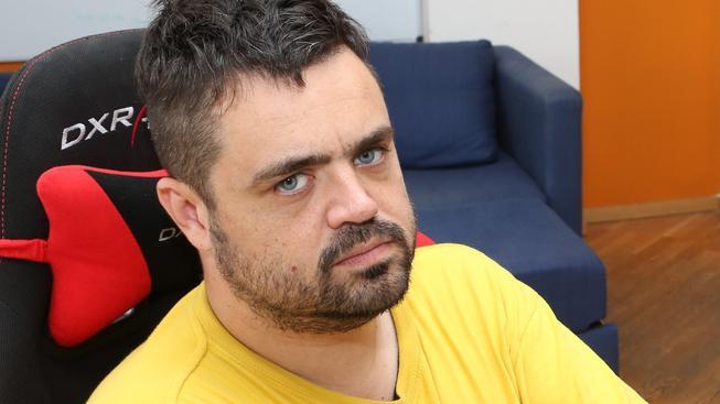 Pavel Novotný tvrdí, že své děti vychovává k tomu, aby lidi nerozdělovaly na černé a bílé, ale na dobré a špatné