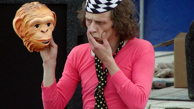 Jiří Maryško během improvizačního představení s názvem Opičí muž