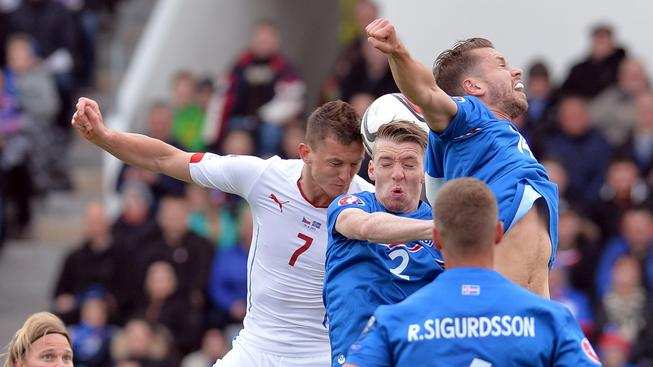 Tomáš Necid v souboji s domácí obranou