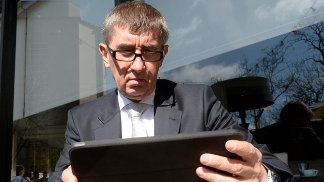 Sbírá Andrej Babiš kompromitující informace na všechny nepohodlné poslance?