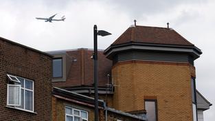 Tělo se našlo na střeše budovy na předměstí Londýna, které leží v příletové dráze na letiště Heathrow