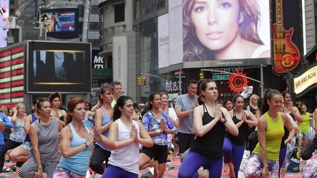 Na newyorském Times Square cvičilo až 30 tisíc lidí