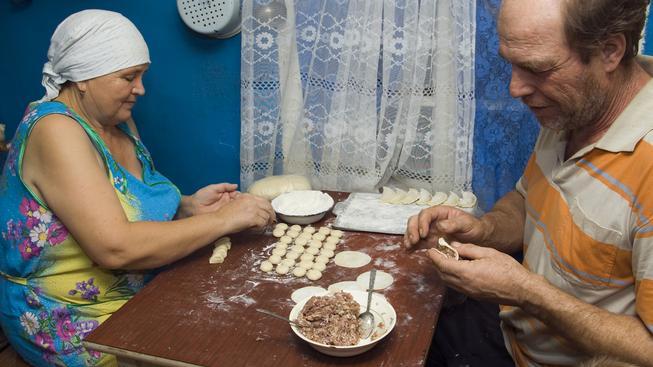 Rusové musí kvůli sankcím dávat přednost domácím potravinám. Na snímku pár lepí pelmeně