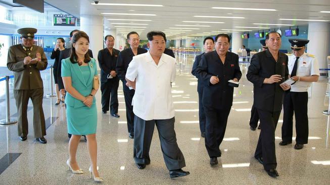 Vůdce Kim s manželkou obhlíží nový terminál