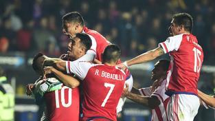 Fotbalisté Paraguaye se radují po rozhodující penaltě z postupu do semifinále