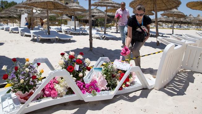 Na pláži v tuniské Súse lidé pokládali květiny, aby uctili oběti pátečního masakru