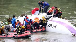 Při pádu letadla do mělké řeky zemřelo 43 lidí