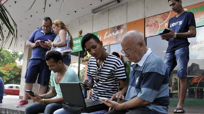 Kubánci brouzdali na internetu na svých mobilech a tabletech