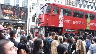 Londýnské metro nejezdí, autobusy nápory cestujících nezvládají