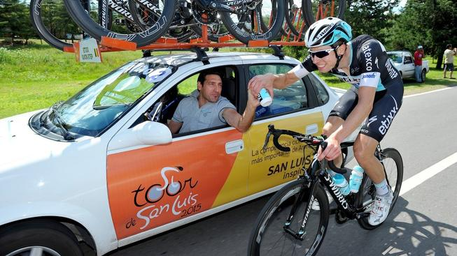 Davide Bramati (v autě) podporuje jezdce přímo na trati