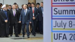 Dohoda o íránském jaderném programu je stále ve hvězdách, jednání i nadále pokračují. Zleva iránský prezident Hassan Rouhani, kazašský prezident Nursultan Nazarbayev a ruský prezident Vladimir Putin