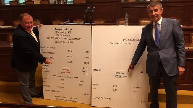 Ministr financí si vyrobil obří makety účtenek, kterými pak provokoval opoziční poslance