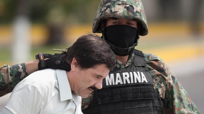 Mexický drogový boss Joaquín Guzmán při svém druhém zatčení