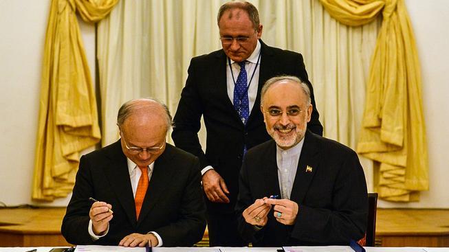 Generální ředitel MAAE  Yukiya Amano a íránský viceprezident Alí Akbar Salehí při podpisu dohody ve Vídni