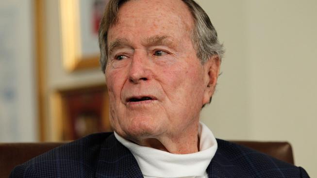 George Bush starší upadl ve svém domě a poranil si šíji a zlomil si krční obratel