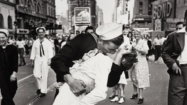 Ikonický snímek vyfotil Alfred Eisenstaedt 14. srpna 1945 v 17:51