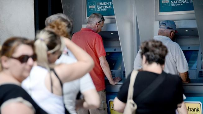 Limit výběru z řeckých bankomatů se upravil na 420 eur za týden