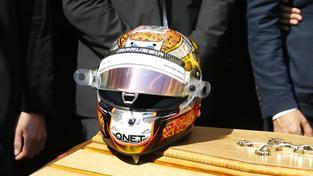 Na rakvi byla položena jezdcova závodní helma