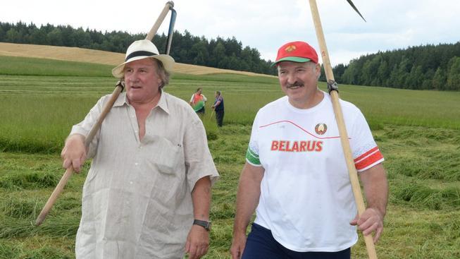 Běloruský prezident Lukašenko a francouzský herec Depardieu si při senoseči notovali