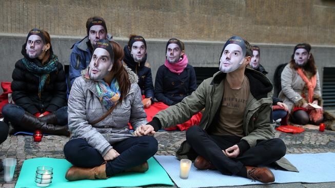 Guru Jára má stále dost přívrženců, kteří protestovali proti jeho stíhání