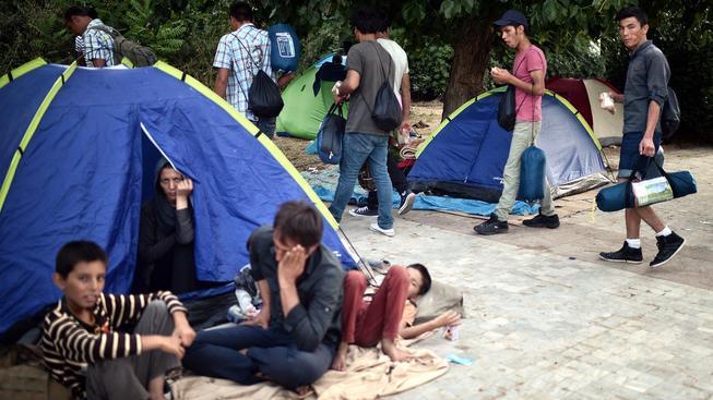 Uprchlíci ze Sýrie a Afghánistánu žijí v provizorním táboře v centru Athén