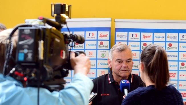 Vladimír Vůjtek odpovídá na dotazy novinářů