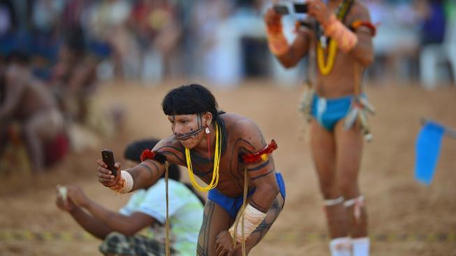 Brazilci jsou k mobilům přirostlí, ať už jde o jakoukoli etnickou či společenskou skupinu