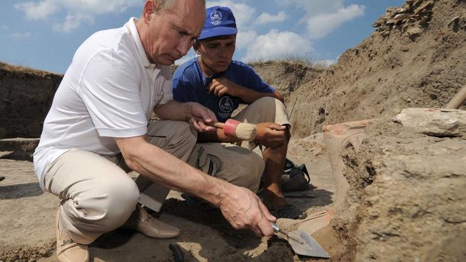 Putin si hrál na archeologa už v roce 2011 při návštěvě někdejší starověké osady Fanagoria