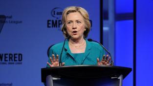 Hillary Clintonová se brání, že žádné tajné zprávy přes svou soukromou e-mailovou schránku nevyřizovala. Ministerstvo zahraničí tvrdí opak