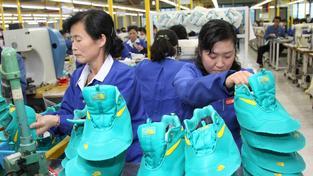 Severokorejcům nevadí až tak vedra jako to, že kvůli nim musí do práce už na pátou ráno
