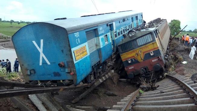 Železniční most podmáčela rozvodněná řeka, skončily v ní i dva vagony s cestujícími