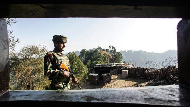 Indický voják v přísně střeženém pohraničí, na takzvané linii kontroly s Pákistánem