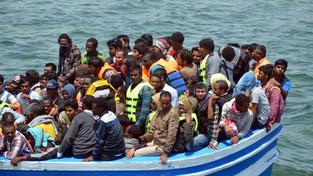 U břehů Libye se převrhla loď s až 600 uprchlíky, zatím se podařilo zachránit asi 400 z nich (ilustrační snímek)